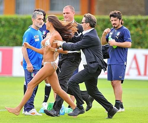 Le inviate sexy di Lucignolo invadono il campo di Coverciano